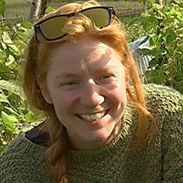 Mary Berggren omgiven av gröna växter