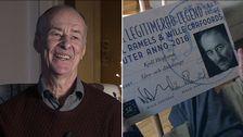 """Kjell Höglund tillsammans med sitt pris som """"legitimerad legend"""", giltigt livs- och dödslänge."""