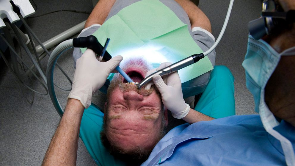 En patient undersöks av en tandläkare. Arkivbild.