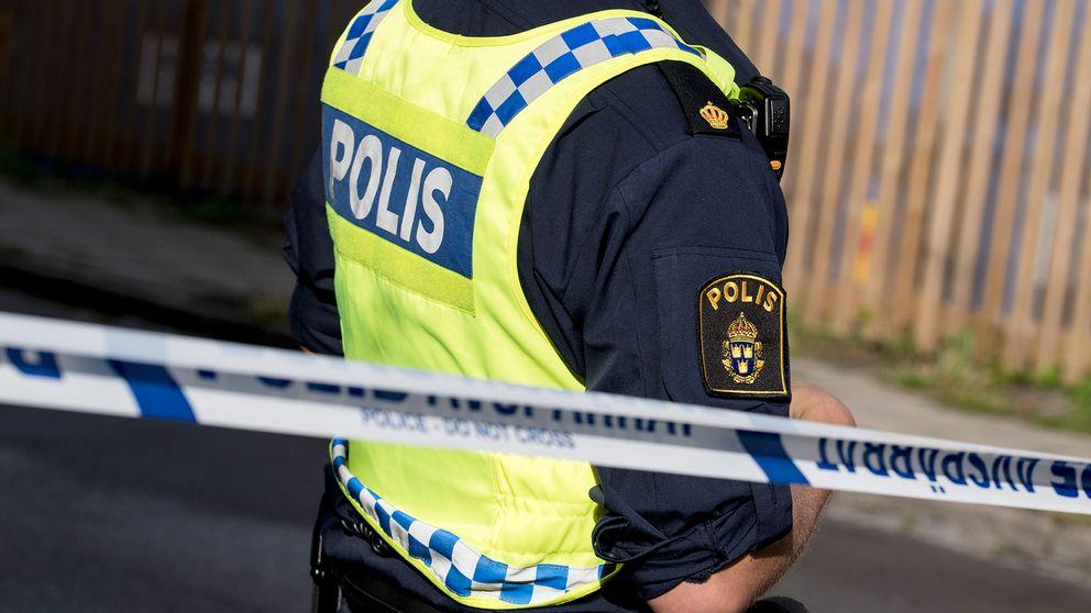 Polis bakom avspärrningsband