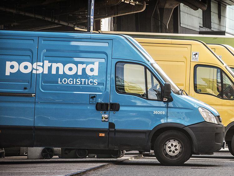 Postnords bilar och korgar med paket på Arlanda.