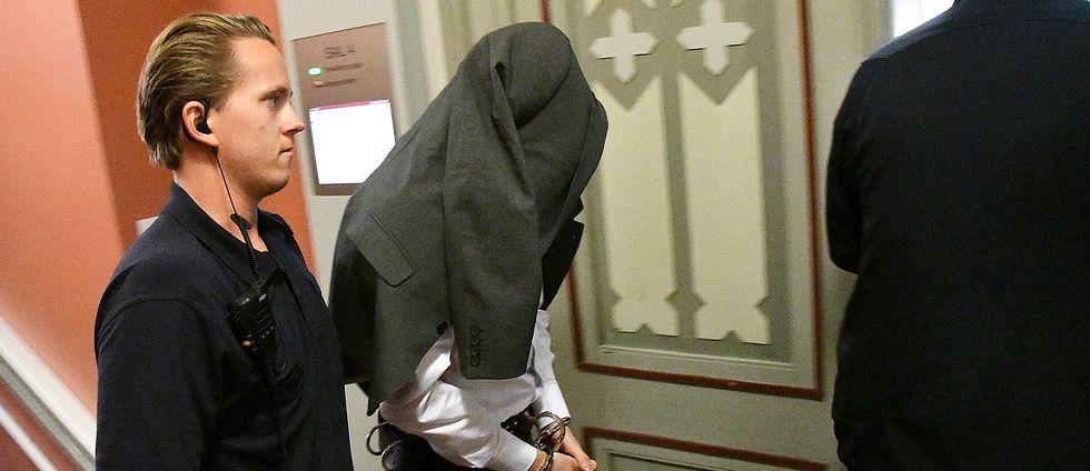 Den 38-årige huvudmannen i dataintrångshärvan förs in till rättegången i Malmö tingsrätt den 26 september 2017.