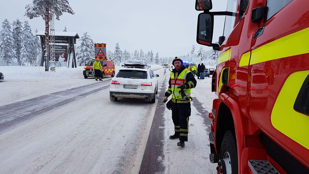 räddningstjänst och bilar på vinterväg