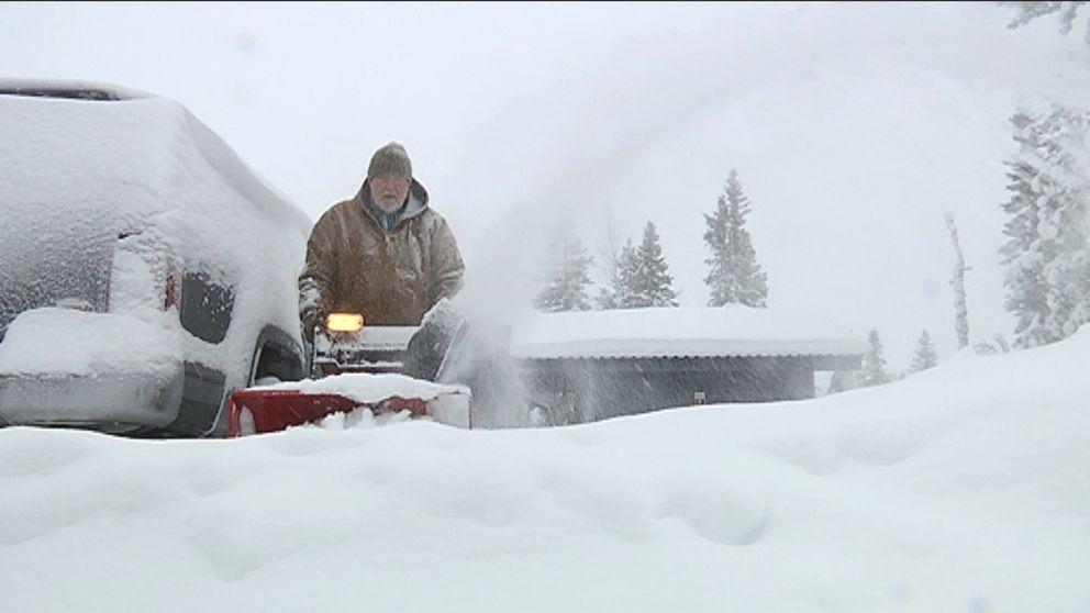 Rolf Andersson i Gruven mellan Sälen och Tandådalen i norra Dalarna fick kämpa hårt den 27 december med att få undan all snö som föll där under främst annandag jul.