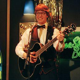 Två bilder på Johannes Brost, den ena i rollen som Sievert i Fröken Frimans krig och den andra som bartendern Joker i Rederiet.
