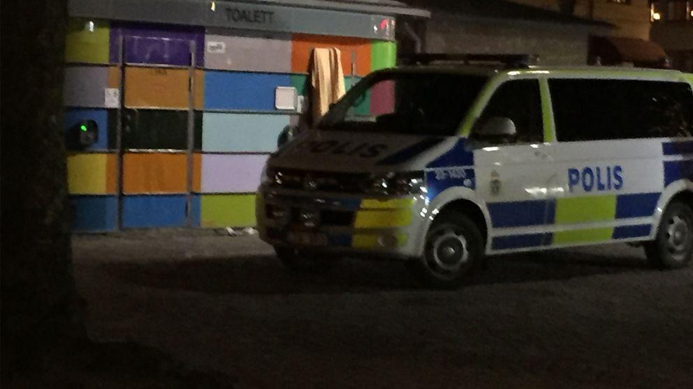 En polisbil utanför en offentlig toalett på Järntorget.