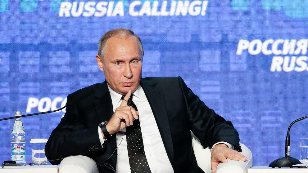 Rysslands president Vladimir Putin sitter i en stol och talar.