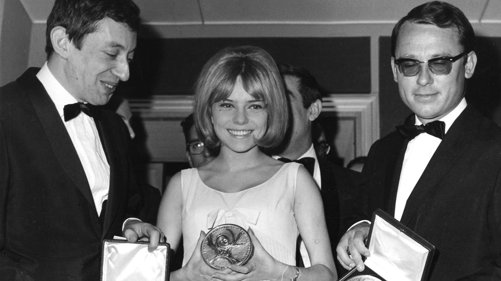 En 18-årig France Gall tar emot priset efter segern i Eurovision Song Contest 1965.
