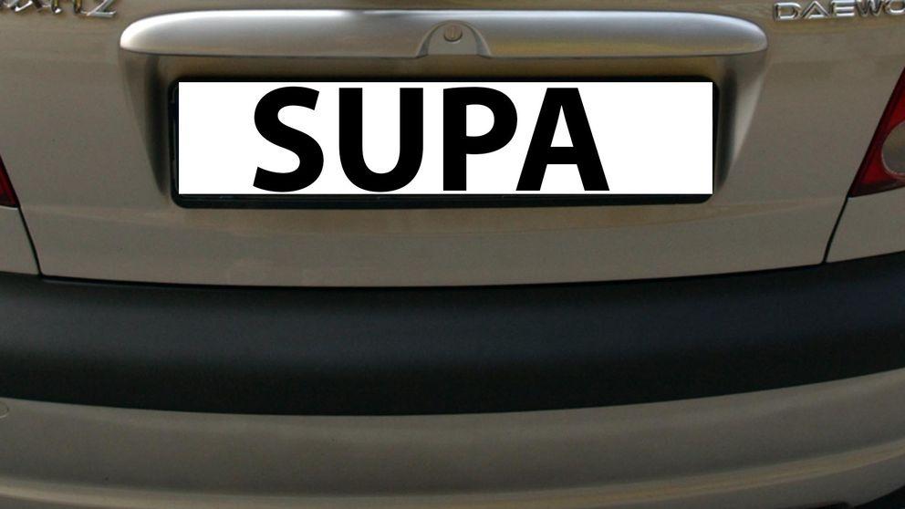 En registreringsskylt där det står skrivet SUPA