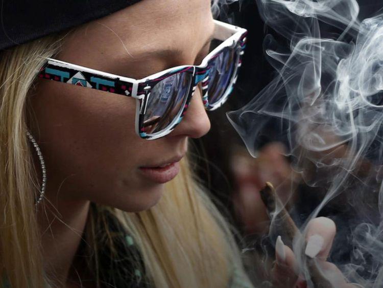 Kvinna som röker cannabis.