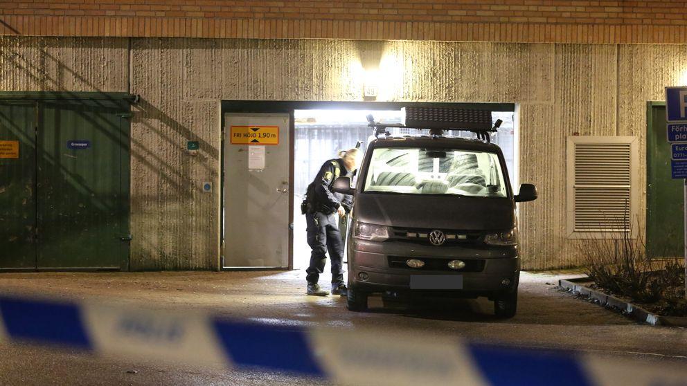 En död efter skjutning i ett garage i Rinkeby