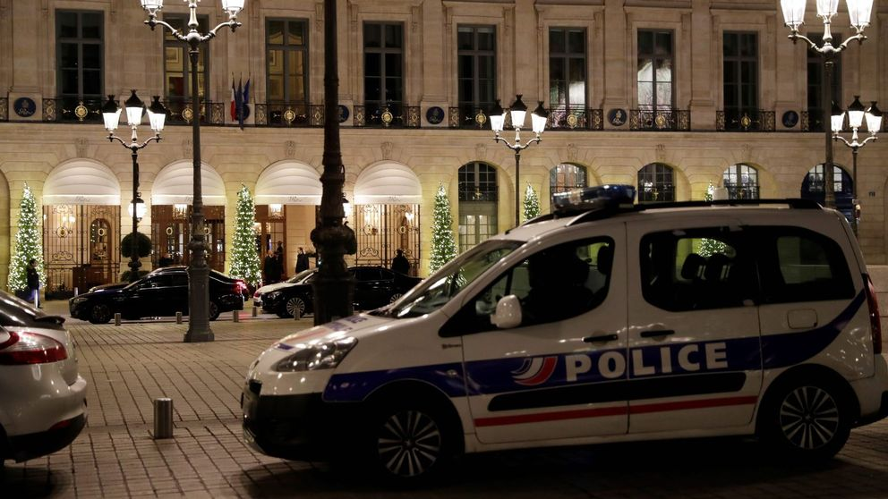 Polisen utanför butiken där rånet skedde.