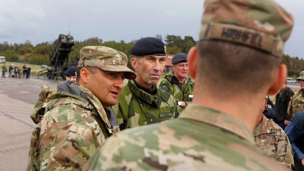 3 Sveriges överbefälhavare ÖB Micael Bydén tillsammans med amerikanska soldater på Säve flygfält under försvarsövningen Aurora 17.