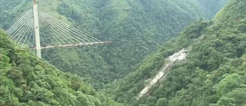 En bro som var under uppbyggnad kollapsade i Colombia Tio byggarbetare dog.
