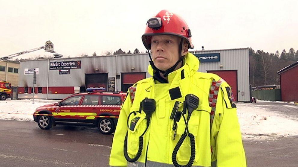 Henning Wallén, insatsledare vid Räddningstjänsten Storgöteborg, utanför den brandhärjade industribyggnaden.