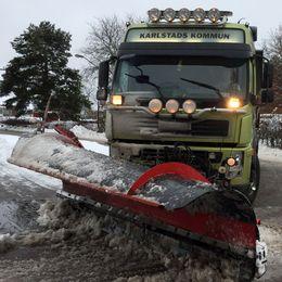 Plogbil röjer snö