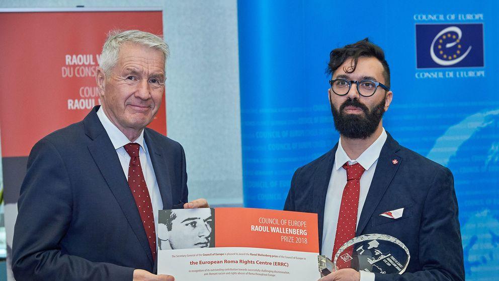 Europarådets generalsekreterare Thorbjørn Jagland överlämnar priset till Djordje Jovanovic, ordförande för ERRC.