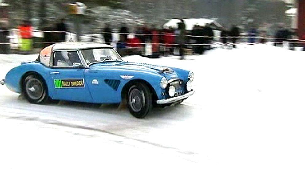 En blå bil svänger på snö