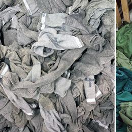 Smutsiga strumpor och en hög gröna arbetskläder som ska tvättas.