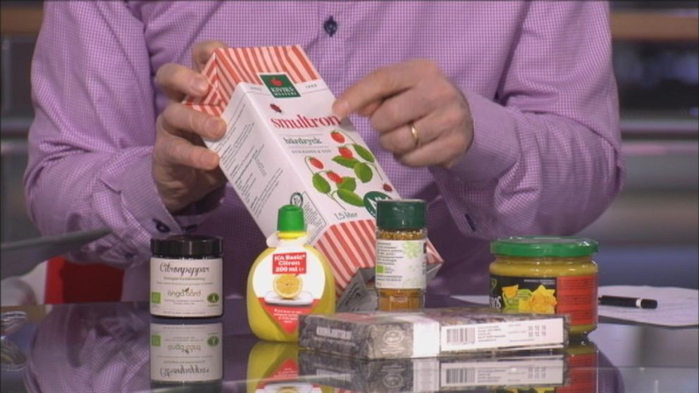 Bild på olika matvaror på ett bord – smultrondryck, citronsalt bl a