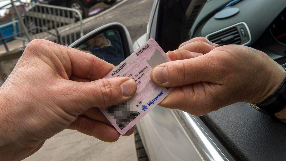 En person tar ifrån en förare sitt körkort.