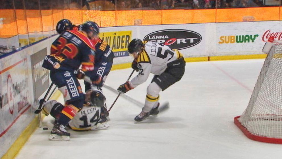 Brynäs Johan Alcén får ett knä i ansiktet av Djurgårdens Linus Hultström.