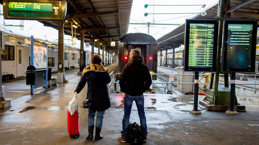 Personer väntar på tåg vid Göteborgs centralstation