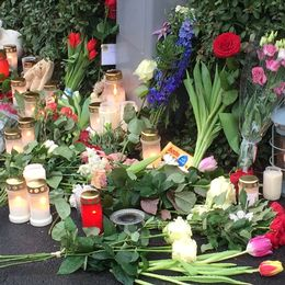 Bjärredsborna hedrar den döda familjen med blommor, ljus och choklad.