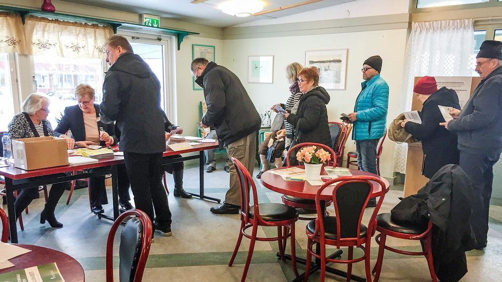 En strid ström av länsbor med rösträtt i Finland som tog sig till Gävleborgs enda vallokal i Valbo under fredagen.