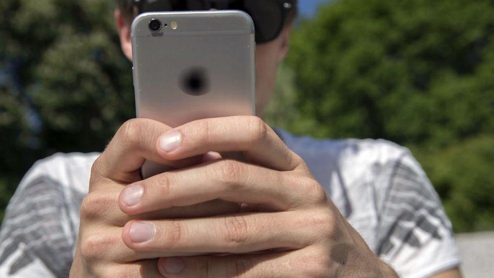 Anonym man som håller i en mobiltelefon