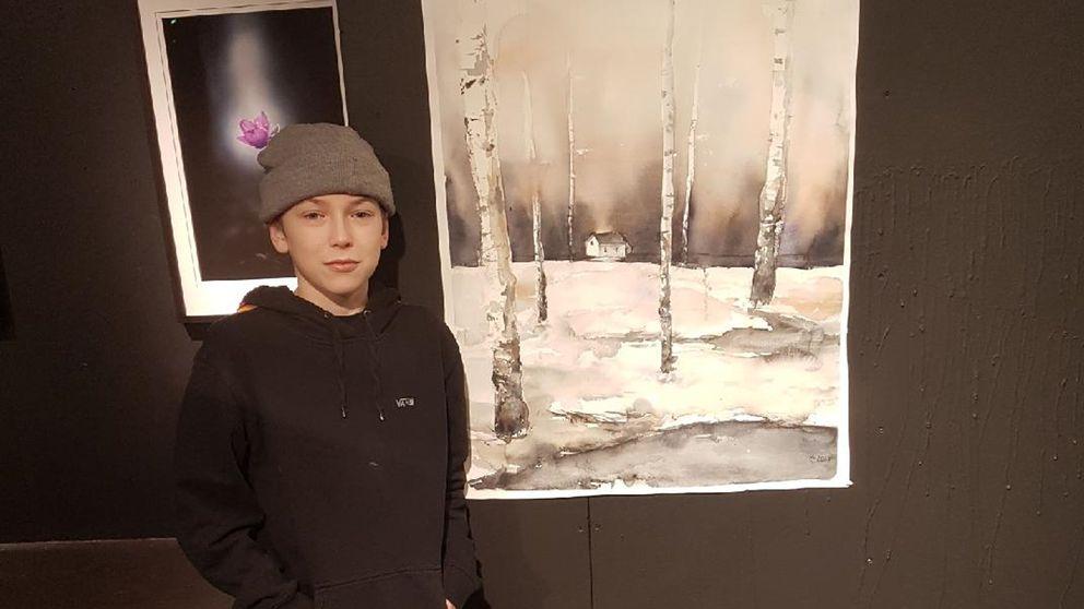 Maximilian Svensson med sin akvarellmålning.