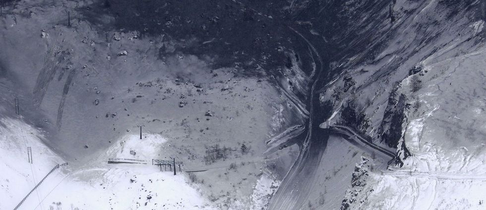 Aska täcker skidbackarna på vulkanen Kusatsu-Shirane efter tisdagens utbrott.