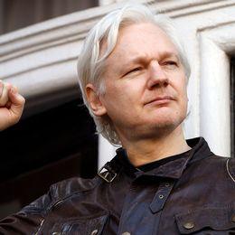 Julian Assange utanför Ecuadors ambassad.