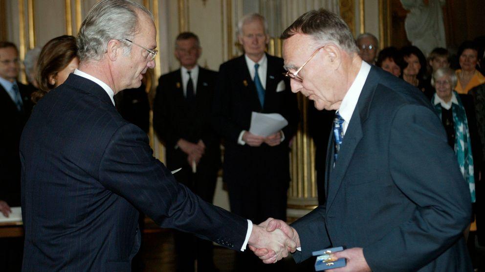 Ingvar Kamprad tar emot konungens medalj av kung Carl Gustaf den 29 januari 2004.