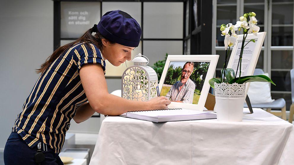 Tove Laxvik, som arbetar i kaféet på Ikea i Kungens Kurva, skriver sina kondoleanser till Ikeas grundare Ingvar Kamprad den 28 januari 2018.