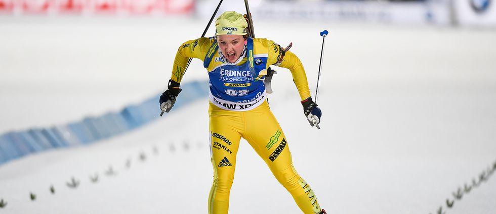 Linn Persson skidar fram med ett ansträngt ansiktsuttryck