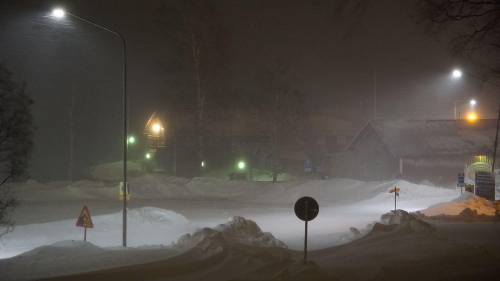 En mörk snöig gata.