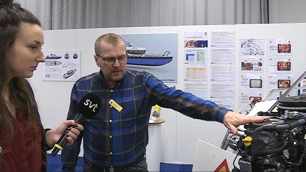 Polisen Thomas Andersson visar hur man kan märka sin båtmotor