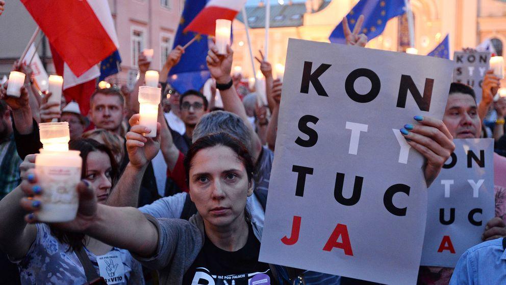 Demonstranter protesterar i Warsawa mot regeringens förändringar av det juridiska systemet
