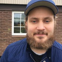 Mathias Hall lånar ut sin el för att grannskapet ska få fiber, men tycker att lösningen känns oseriös.