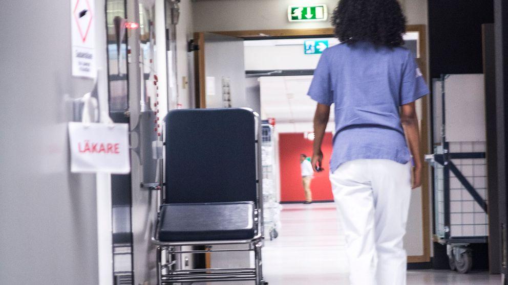 Sjukvårdspersonal i sjukhuskorridor