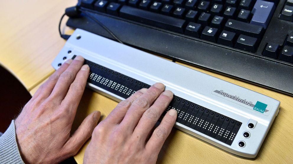 En synskadad man skriver på sin skärmläsare till sin dator.
