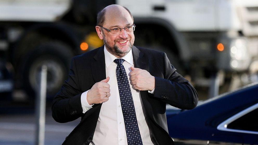 Tyska socialdemokraternas avgångne ledare Martin Schulz leende efter förhandlingar med Merkel.
