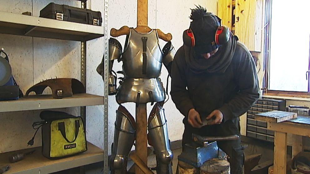 Jan Sigurd Olsson är 25 år och intresset för rustningar startade under tonårens lajvande
