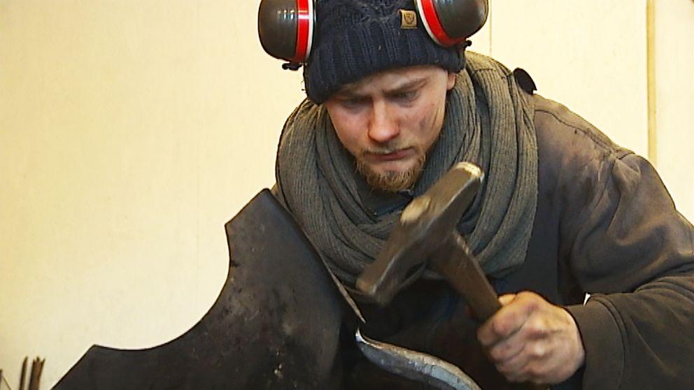 Kundkretsen är snäv för dyra och handgjorda rustningar men den finns tror Jan Sigurd