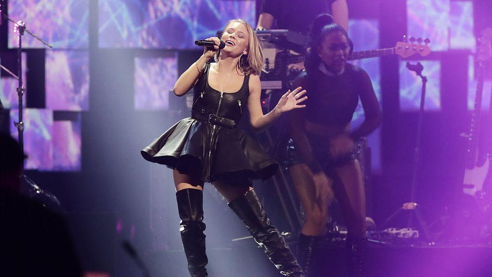 Zara Larsson sjunger. Bakgrunden är lila