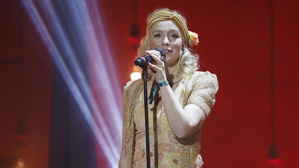 Lisa Ekdahl sjunger på scen.