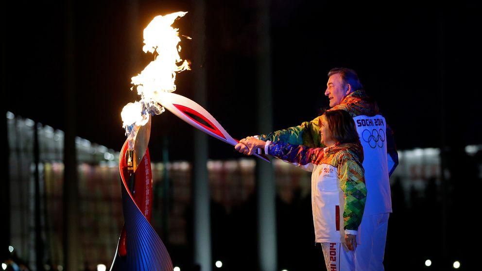 Irina Rodnina och Vladislav Tretiak tänder den olympiska elden vid OS-invigningen i Sotji.