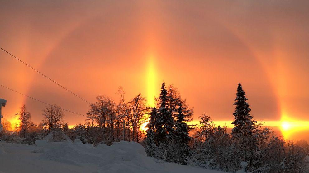 Halofenomen som syns över himlen.