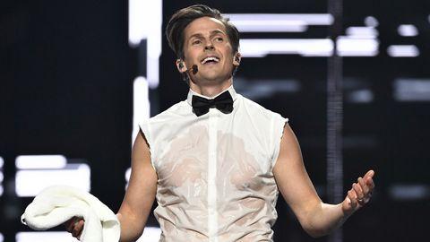Programledaren David Lindgren bjuder på poledance och blöta svampar i den andra deltävlingens öppningsnummer.